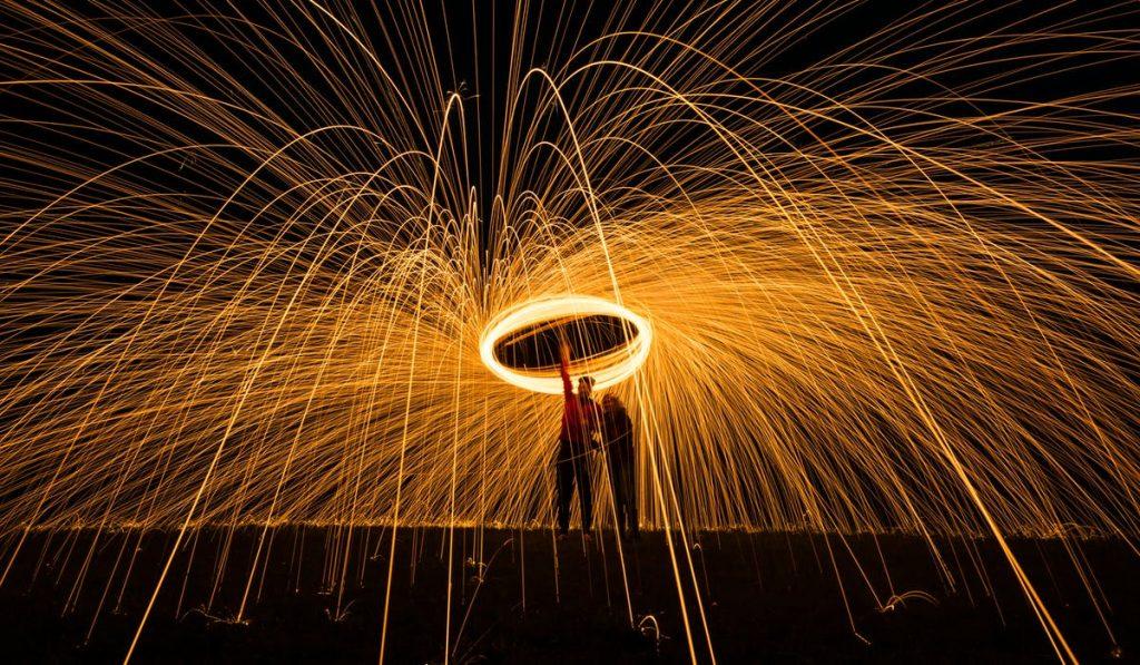 Light Painting là kỹ thuật chụp ảnh phơi sáng lâu nguồn sáng quanh đối tượng